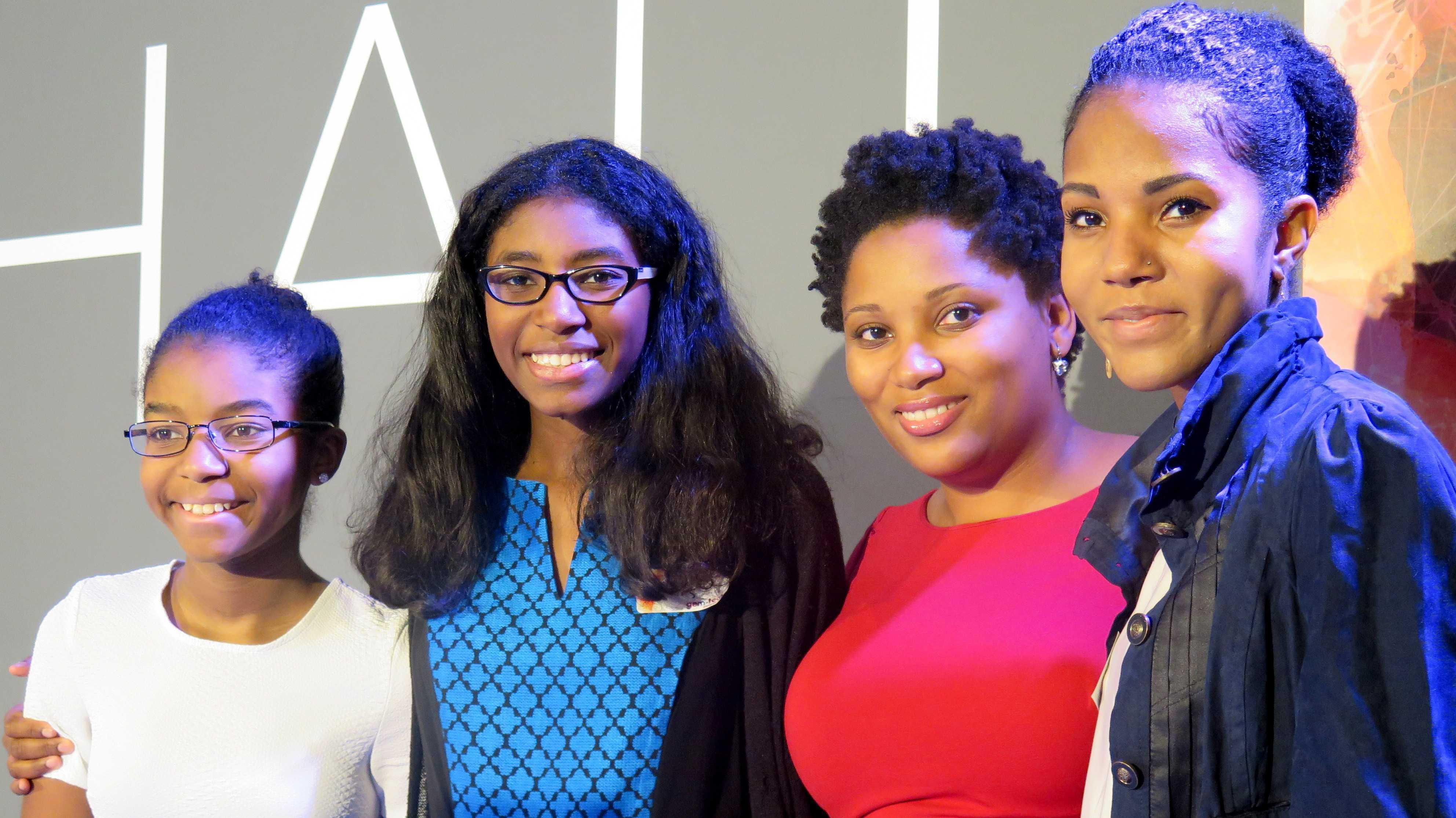 3 schwarze Mädchen und eine schwarze Frau