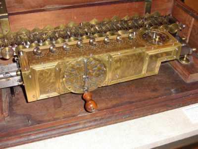 Vier-Spezies-Rechenmaschine von Gottfried Wilhelm Leibniz (1695)
