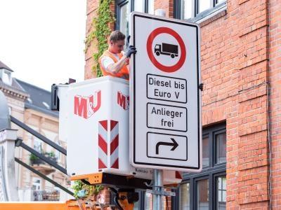 In Hamburg werden Schilder für Diesel-Fahrbeschränkungen montiert.