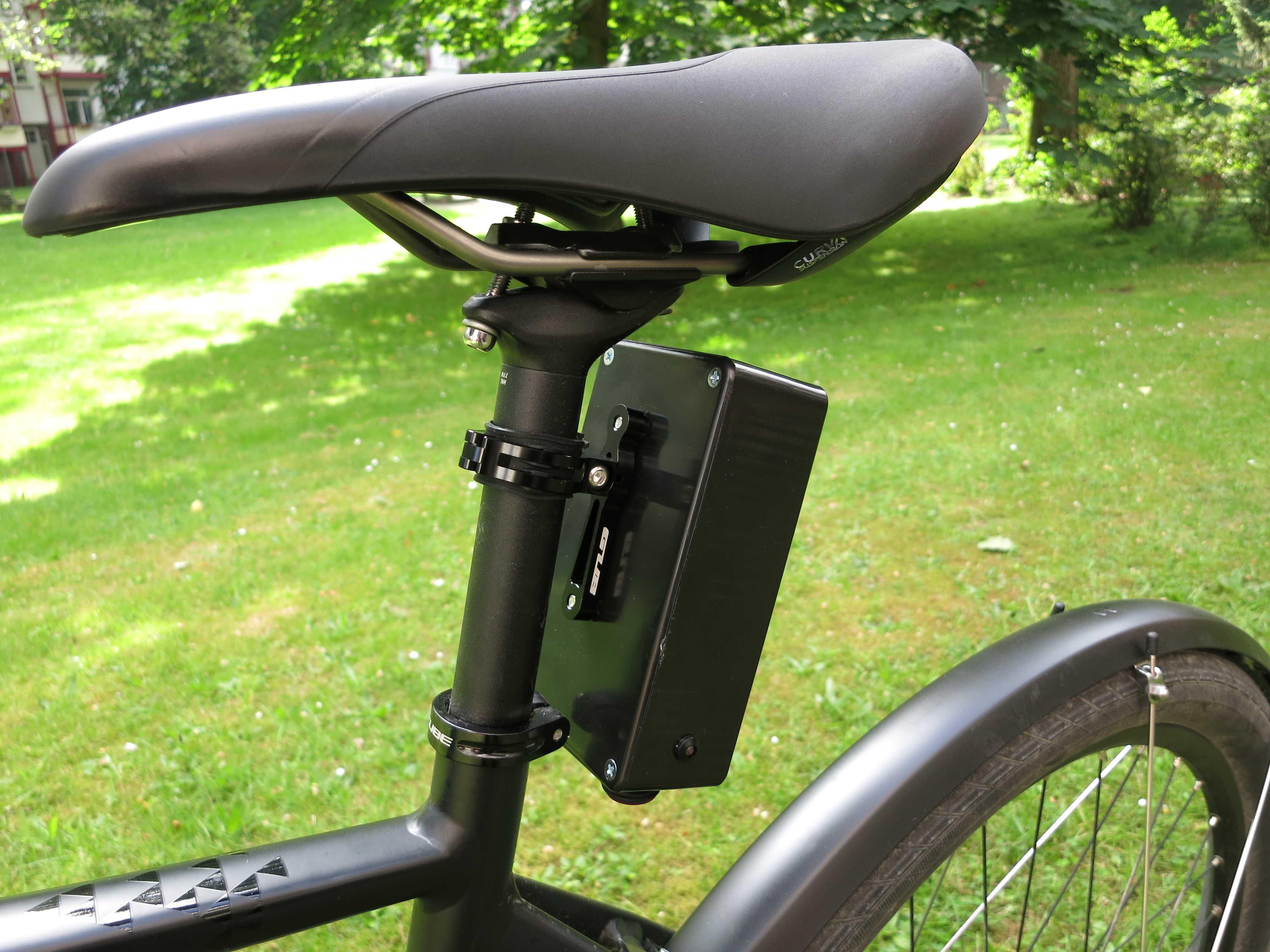 Ein schwarzer Kasten hängt am Fahrrad unter einem Sattel