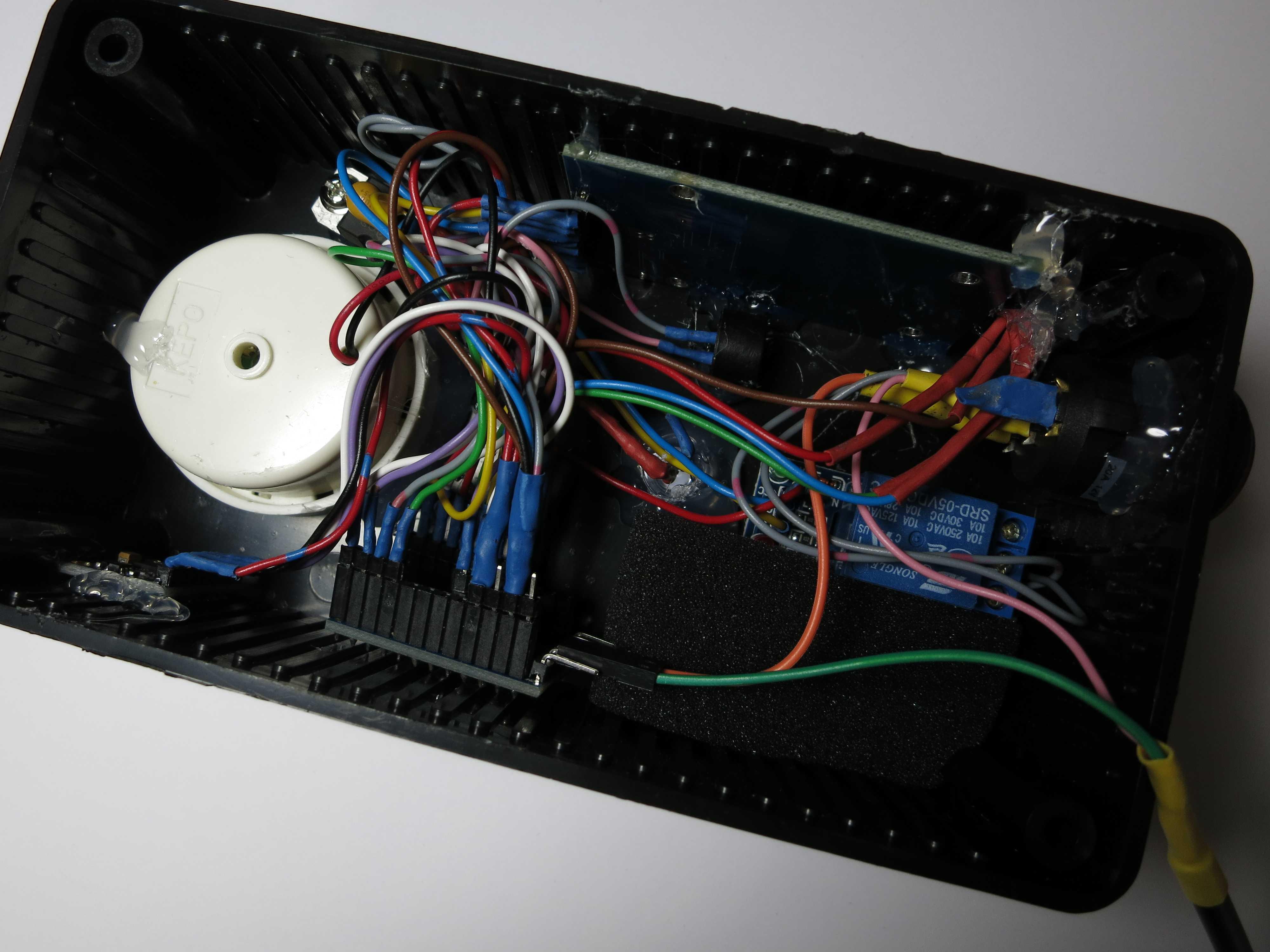 Elektronik: Kabel in einem schwarzen Kasten