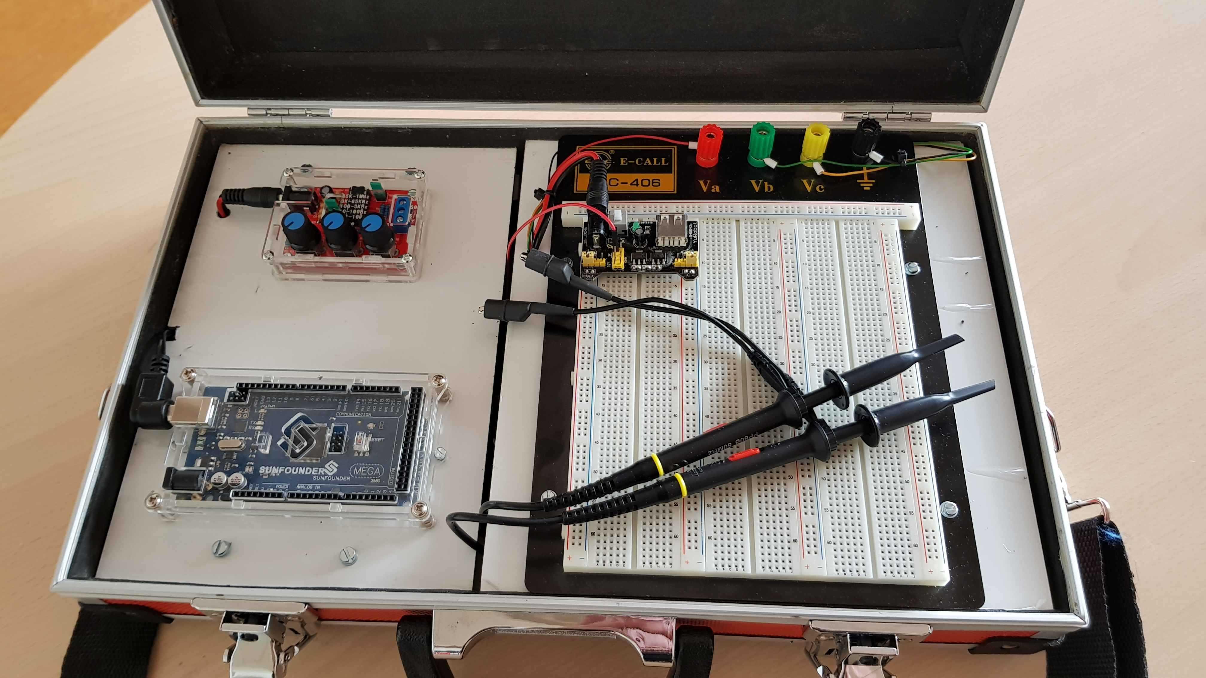 Aufgeklappter Arduino-Koffer