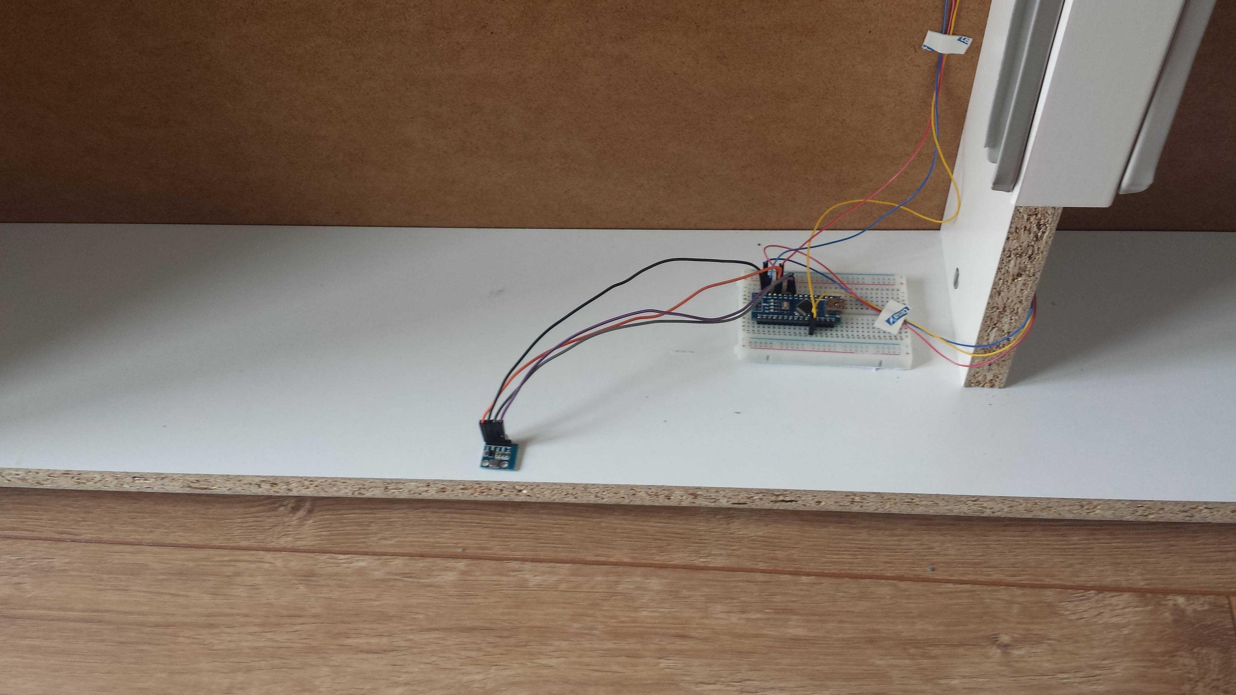 Ein Steckbrett mit Arduino Nano und Temperatursensor unter einem Ikea-Babybett