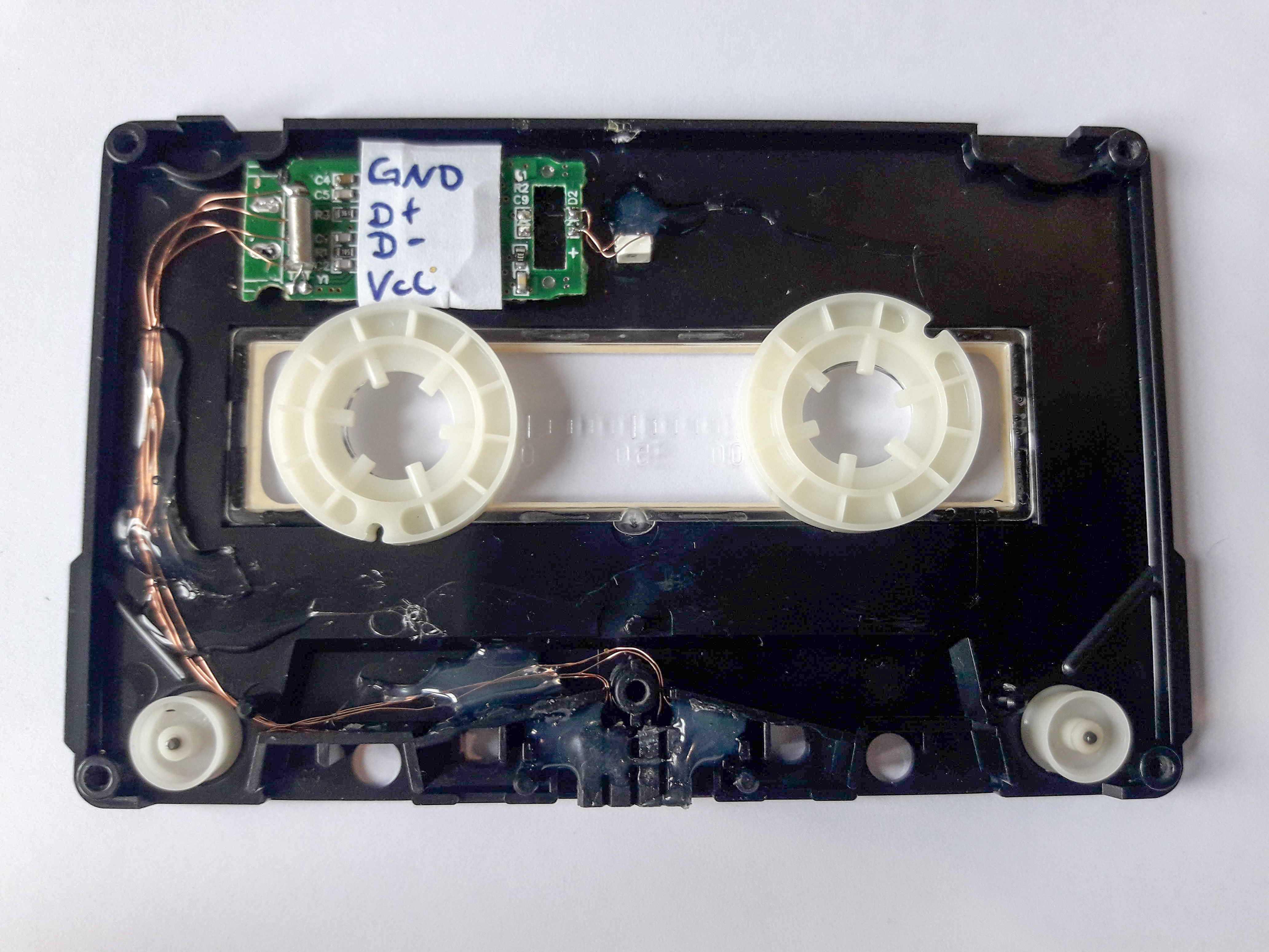 Eine geöffnete Kassette von oben