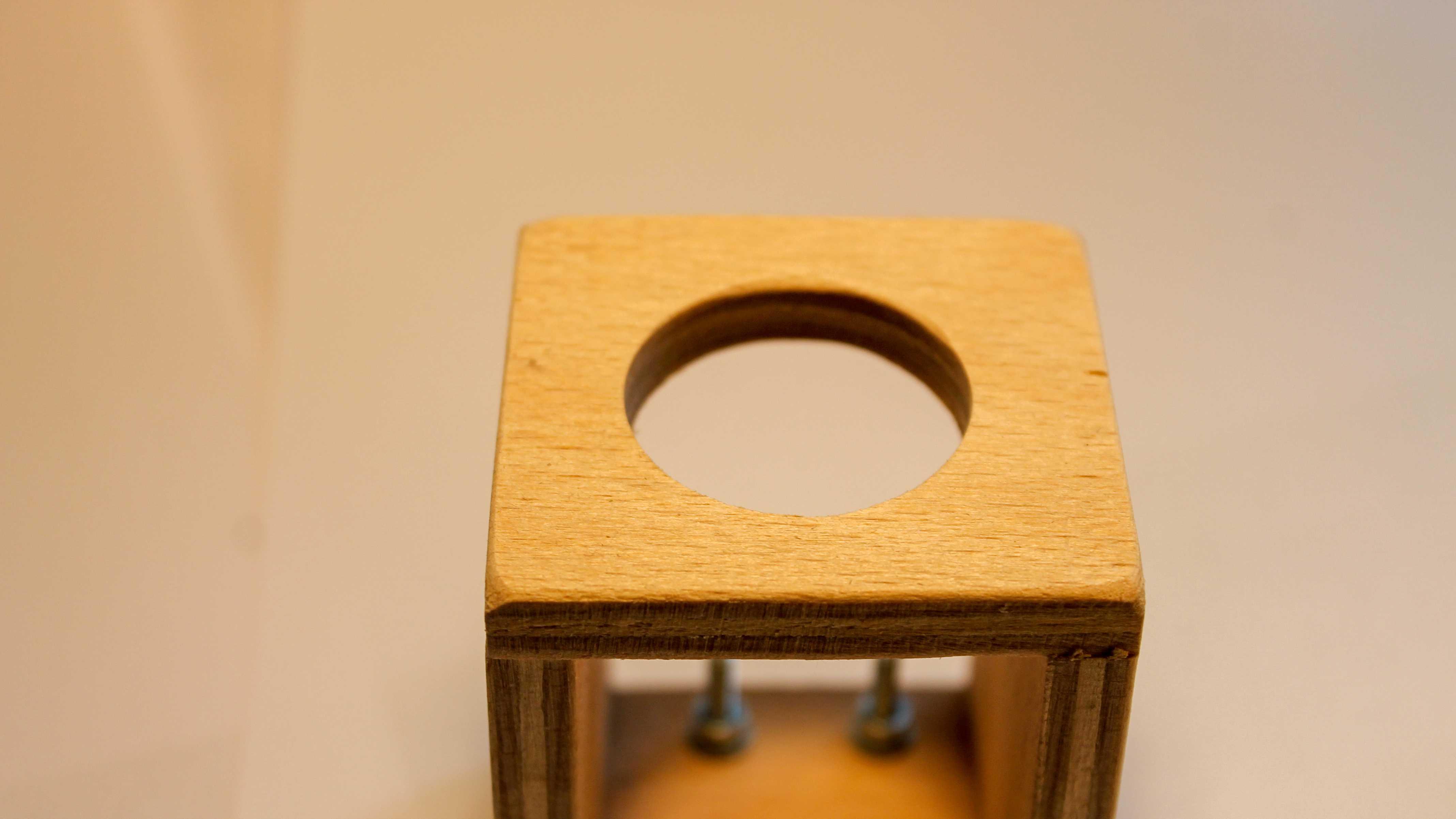 Blick auf Holzwürfel mit großem Loch.