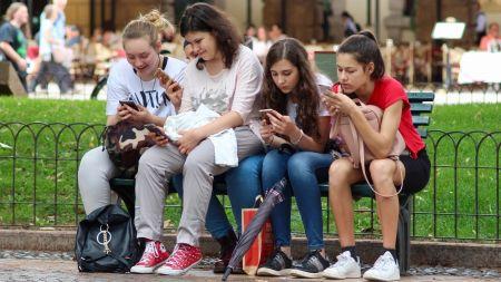 Umfrage zu guten Vorsätzen 2019: Jüngere wollen Smartphone weniger nutzen