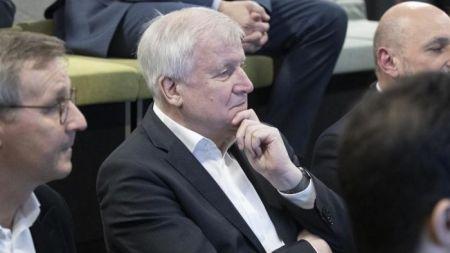 Seehofer: Auch kleine Plattformen sollen Hass und Hetze ans BKA melden