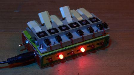 Modellbau-Tastenpult umfunktioniert: Synthesizer im Retro-Look