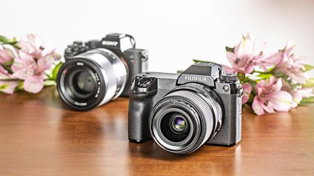 heise+   Fujifilm GFX100S im Test: Mittelformatsensor in kompaktem Gehäuse