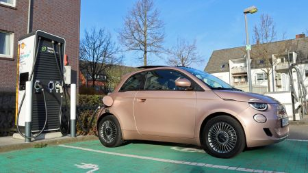 Test New Fiat 500e: Modernes Elektroauto für die Stadt mit niedrigem Verbrauch