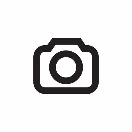Auf den Objektiven der Kompaktkameras drucken die Hersteller auch die Angabe zu dessen Lichtstärke ab. Das Objektiv der Panasonic Lumix öffnet sich in diesem Fall in Weitwinkelstellung auf Blende (f/)1.7, in Telestellung schafft es noch Blende f/2.8. Diese Blendezahl beschreibt das Öffnungsverhältnis des Objektivs, das unter anderem auch abhängig von der Brennweite (f) ist.
