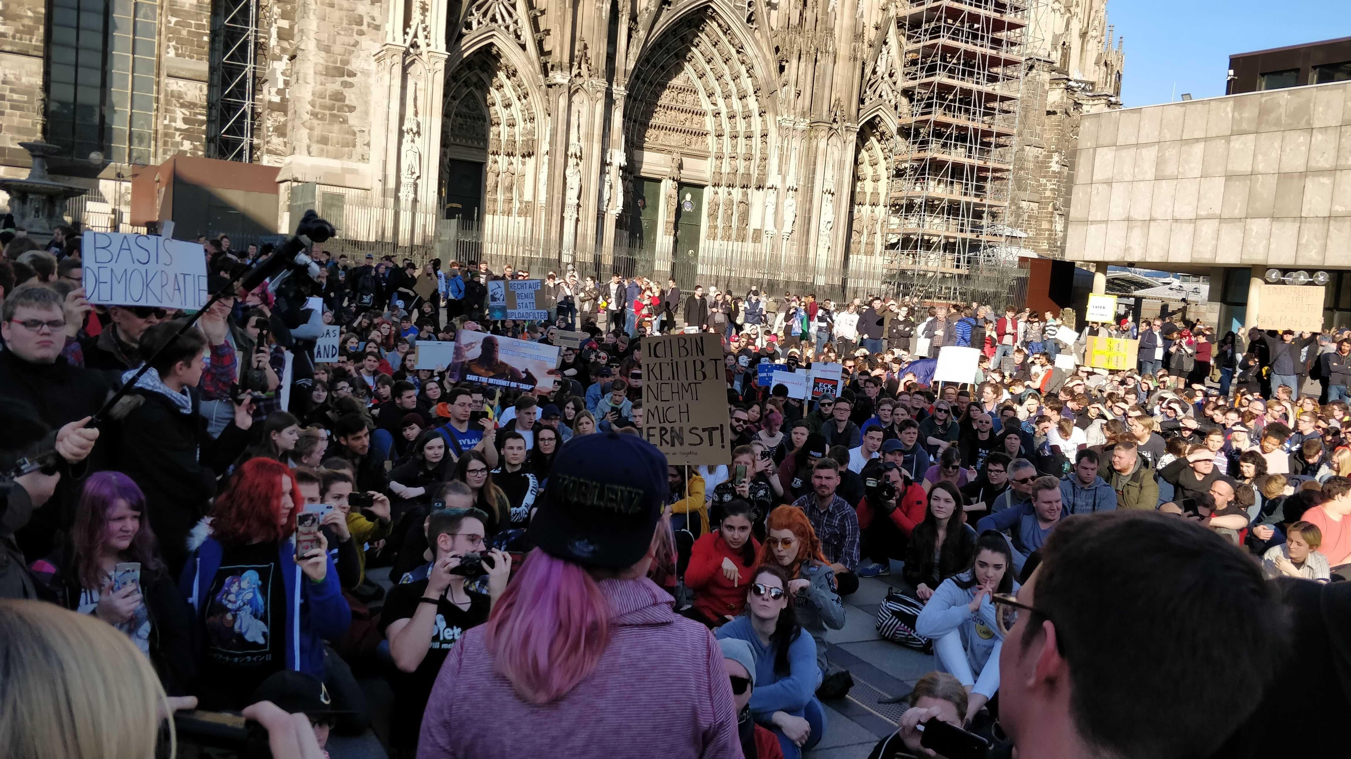 """""""Wir sind die Bots"""" – über 1000 demonstrieren gegen Artikel 13"""