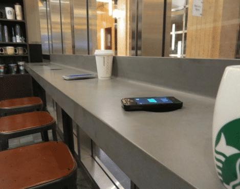 In vielen Starbucks-Filialen soll man sein Handy in Zukunft drahtlos aufladen können.
