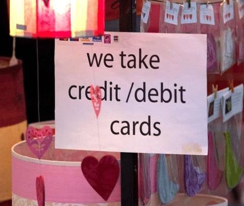 "Schild: ""we take credit/debit cards"""