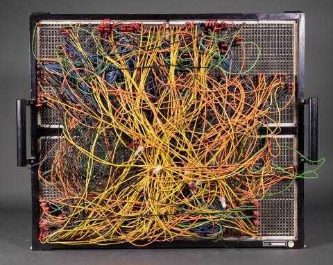 Viele Kabel auf einem Tablett mit Steckplätzen.