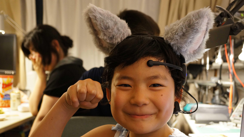 Kind mit Necomimi-Ohren