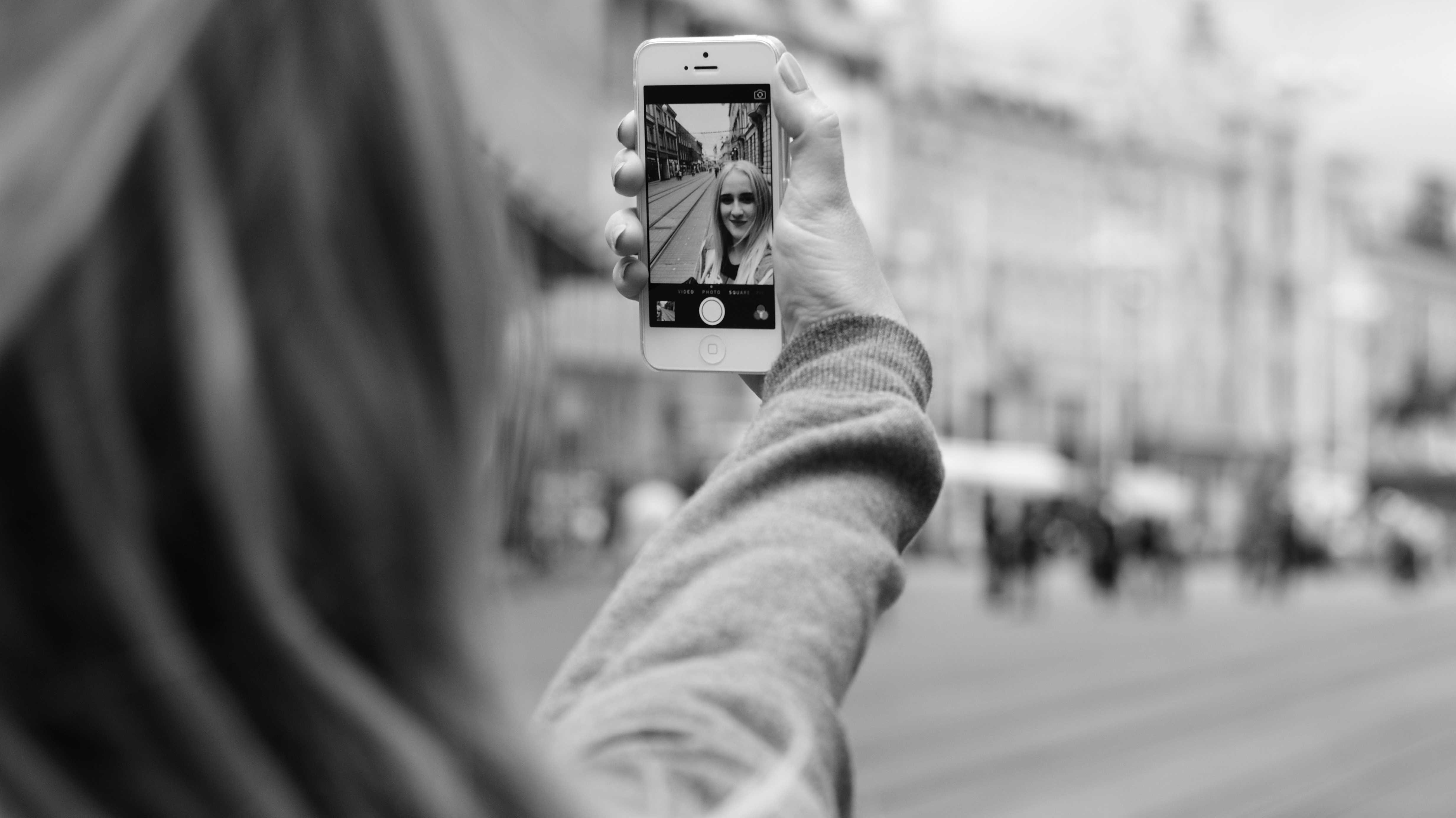 Dame streckt Arm aus und macht Selfie