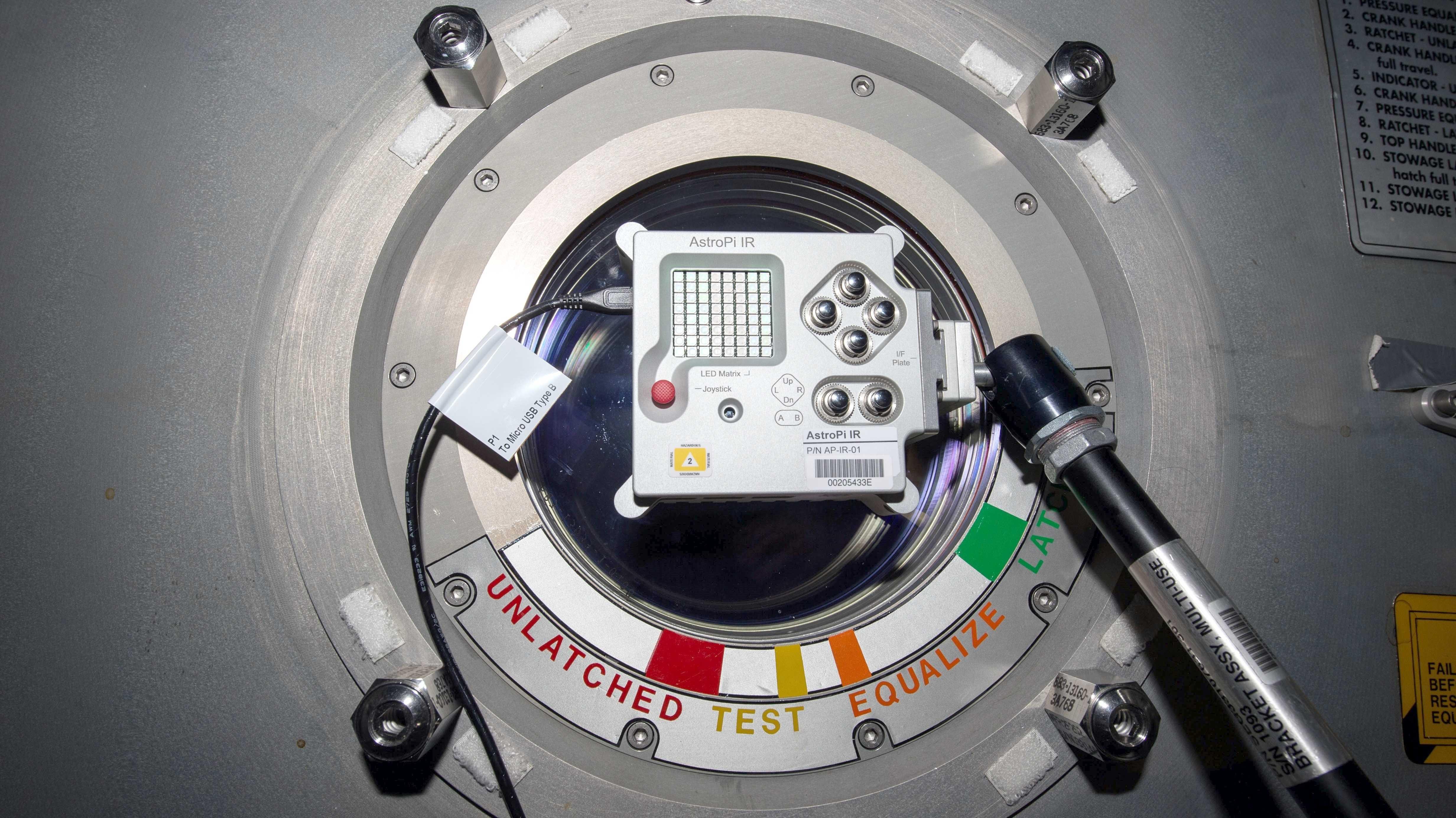 Astro Pi im Metallgehäuse in der ISS