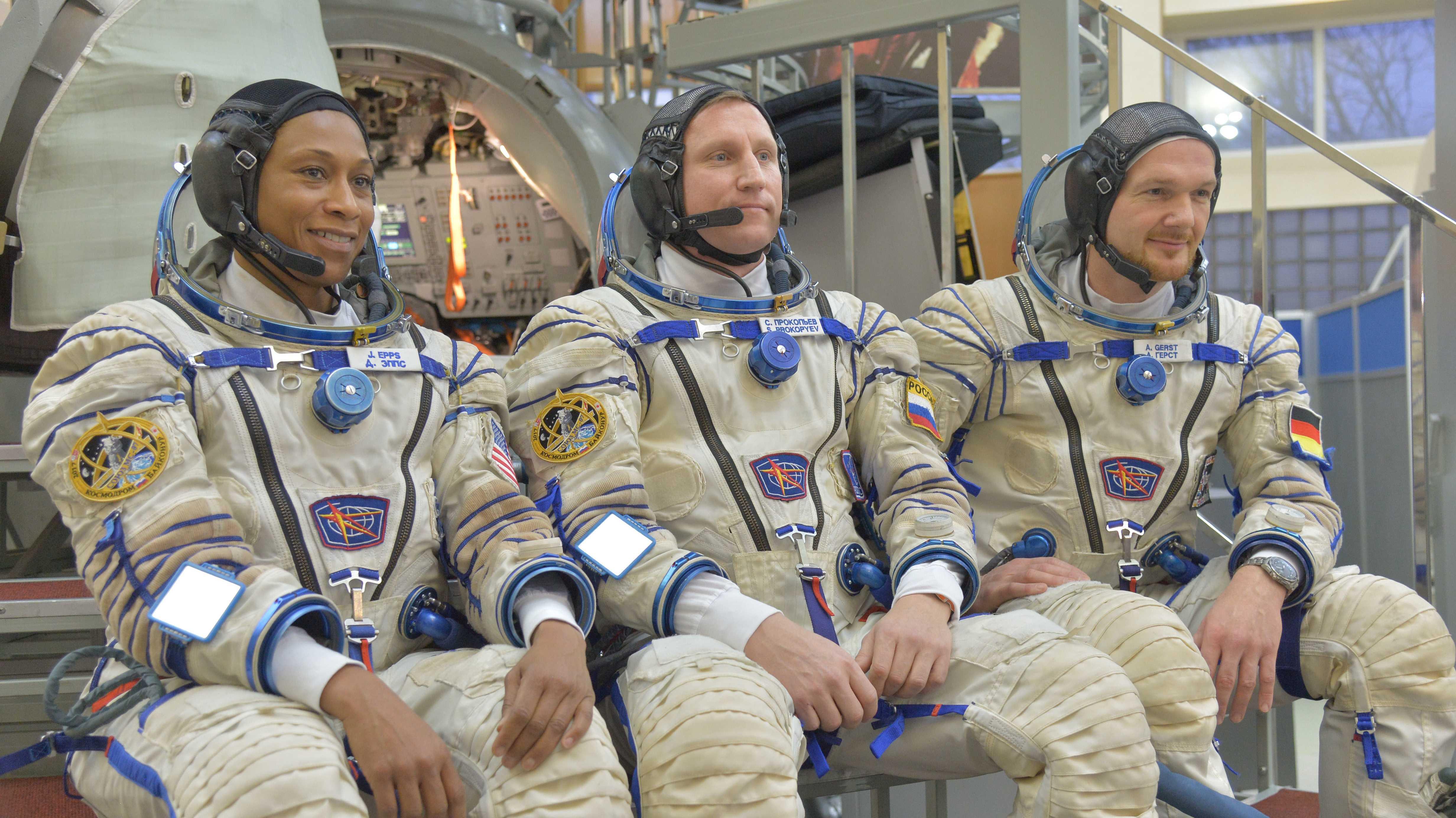 Drei Raumfahrer in Raumanzügen posieren für Foto