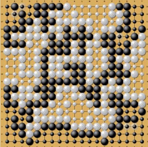 Endstand einer Partie zwischen AlphaGo und Fan Hui. Weil es bei Go so viele Züge und Zugmöglichkeiten gibt, galt das Spiel bislang als harte Nuss für KI.