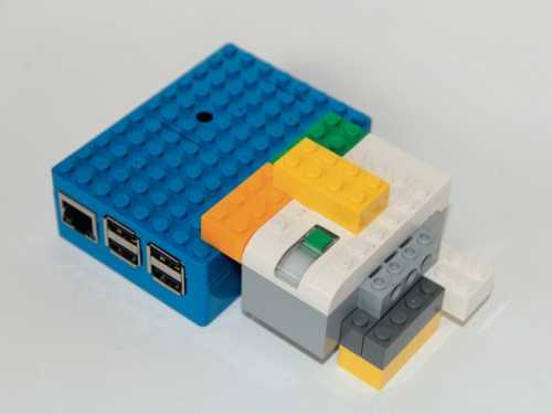 Im Lego-Gehäuse mit angestecktem WeDo-Hub dient der Raspberry Pi als sehr leistungsfähige und flexible Robotik-Steuerung.
