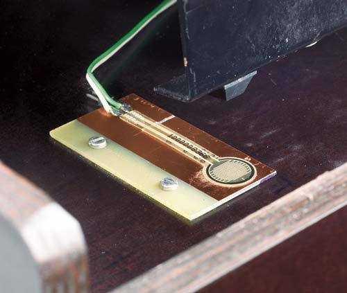 Zwei dieser Folien-Drucksensoren rechts und links unter der Tastatur vermitteln dem MIDIvice über ihre Widerstandsänderung ein Maß über den Tasten-Nachdruck (Aftertouch).