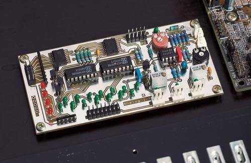 Damit der Anpressdruck gleichmäßig über die Sensorfläche verteilt wird, haben wir kleine Gummi-Gehäusefüße unter das Tastatur-Chassis geklebt. Die Analog-I/O-Platine wird erst nach dem Einbau der Sensoren abgeglichen.