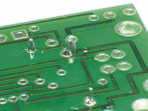Matte oder kugelförmige Lötstellen sowie solche, die das Loch nicht völlig umschließen, führen zu Kontaktproblemen.