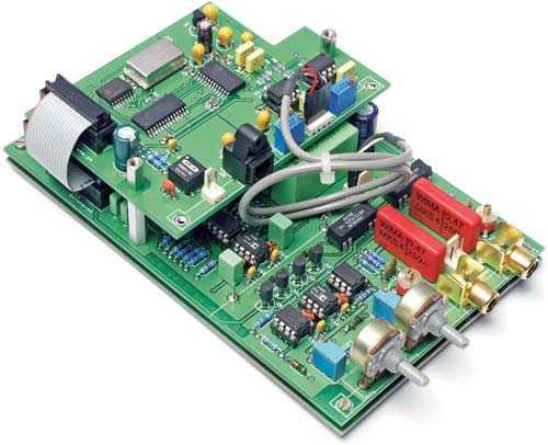 Die ADC192-Tochterplatine wird mit 20-mm-Abstandsbolzen huckepack auf dem ACV-Modul montiert. Die Toslink-Verbindung zur Frontplatte erfolgt mit einigen Zentimetern Lichtwellenleiterkabel und einer Toslink-Kupplung. Soll die SPDIF-Koaxbuchse ebenfalls dort montiert werden, ist eine isolierte Ausführung zu wählen.