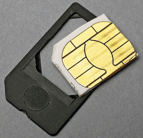 Für zwei bis drei Euro bekommt man bei eBay einen Adapter, mit dem Micro-SIM-Karten auch in herkömmliche SIM-Slots passen.