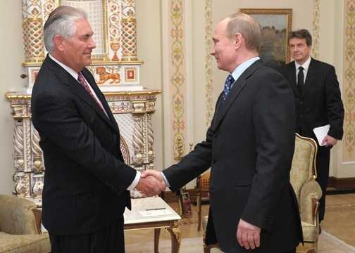 Rex Tillerson und Vladimir Putin schütteln Hände