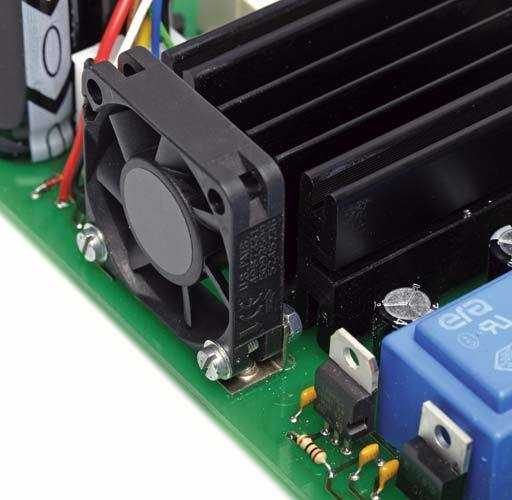 In der Regel ist zur Zwangskühlung ein 40-mm-Lüfter ausreichend, der mit zwei Winkeln so auf der Platine montiert wird, dass er in Richtung Kühlkörper bläst.