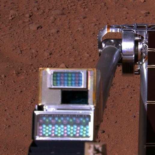 Kamera fotografiert Kamera: Die Robotic Arm Camera (RAC) aus Sicht des Surface Stereo Imager (SSI).