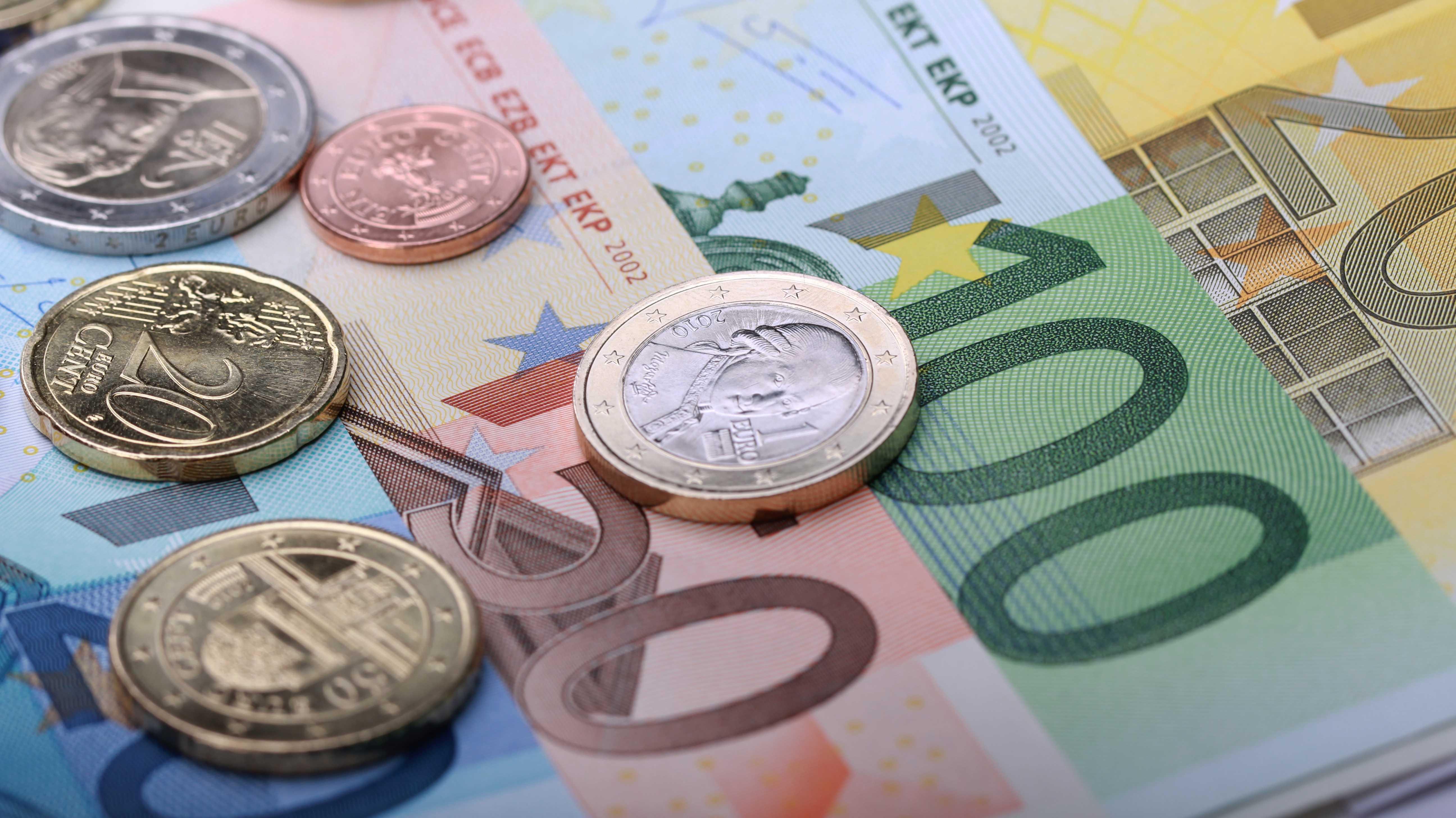 Österreichische Euro-Münzen auf Euro-Geldscheinen