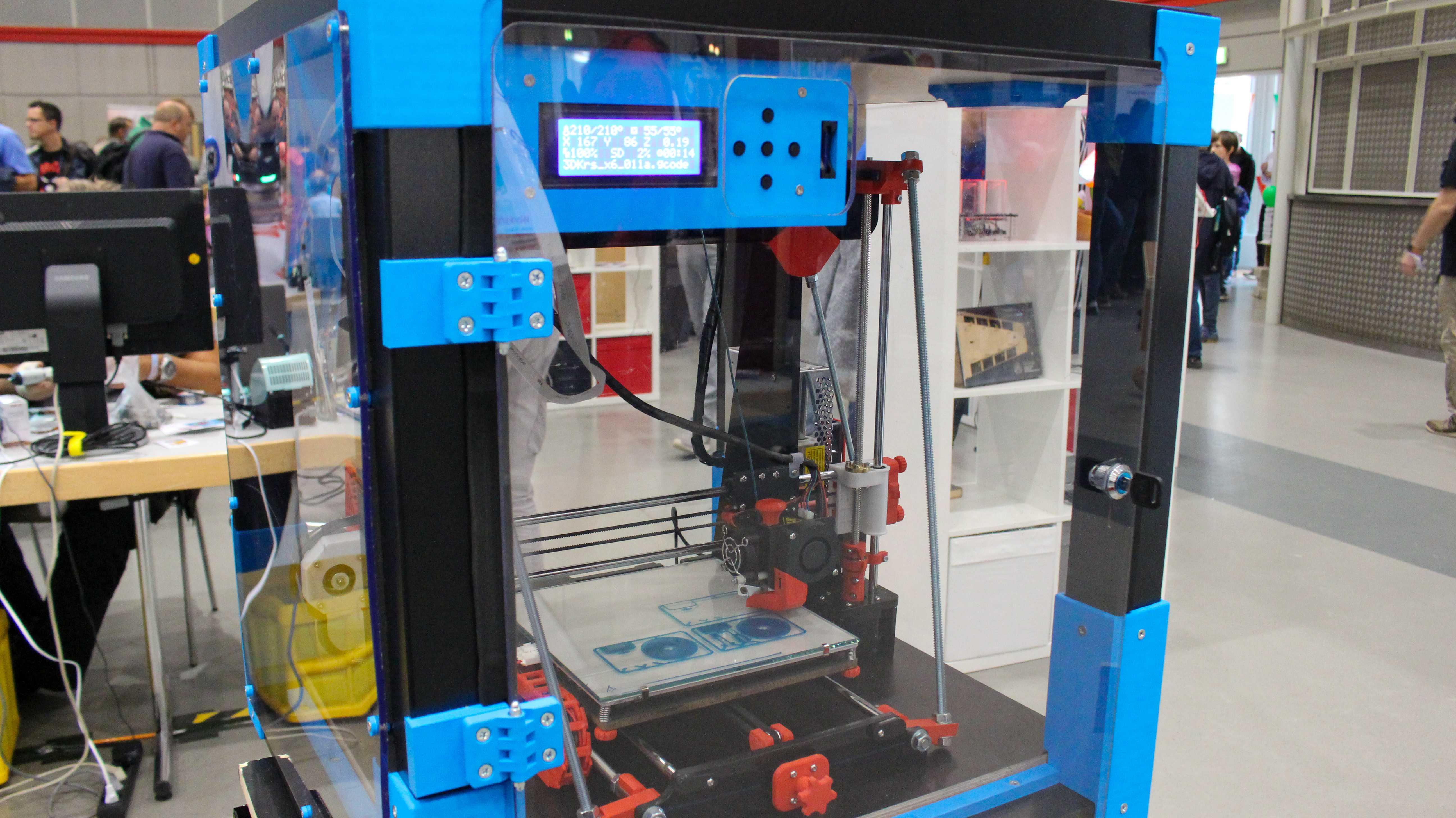3D-Drucker im durchsichtigen Gehäuse aus einem Ikea-Tisch.