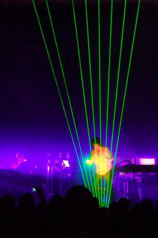 Jean-Michel Jarre spielt die Laserharfe (Helsinki, 2009)