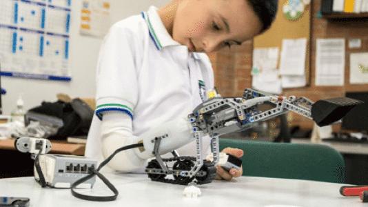 Kinder bauen ihre eigenen Prothesen