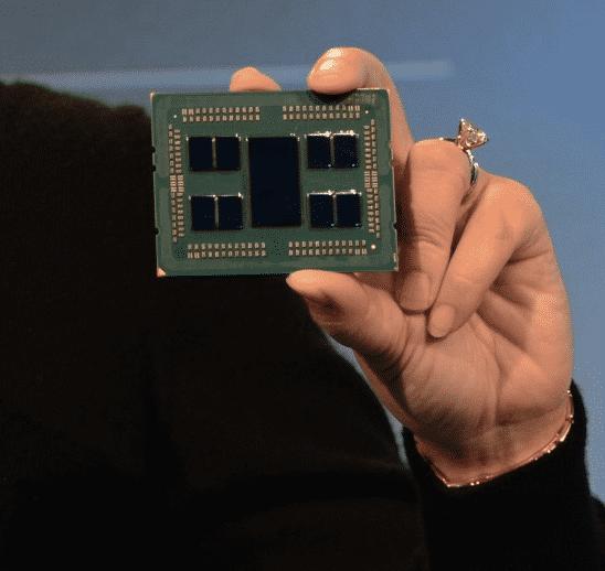 """AMD-Chefin Lisa Su zeigt den Epyc """"Rome"""" für Server mit 7-Nanometer- Chiplets."""