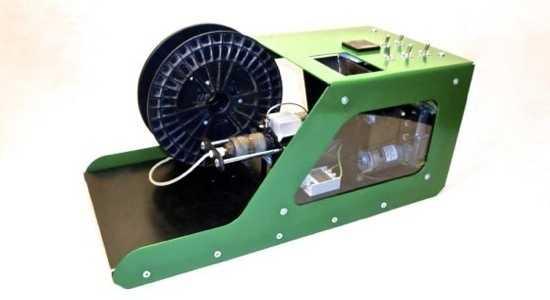 Auf die Rolle: Der Filabot erzeugt einen langen Polymerfaden, der sich dann in einen 3D-Drucker einsetzen lässt.