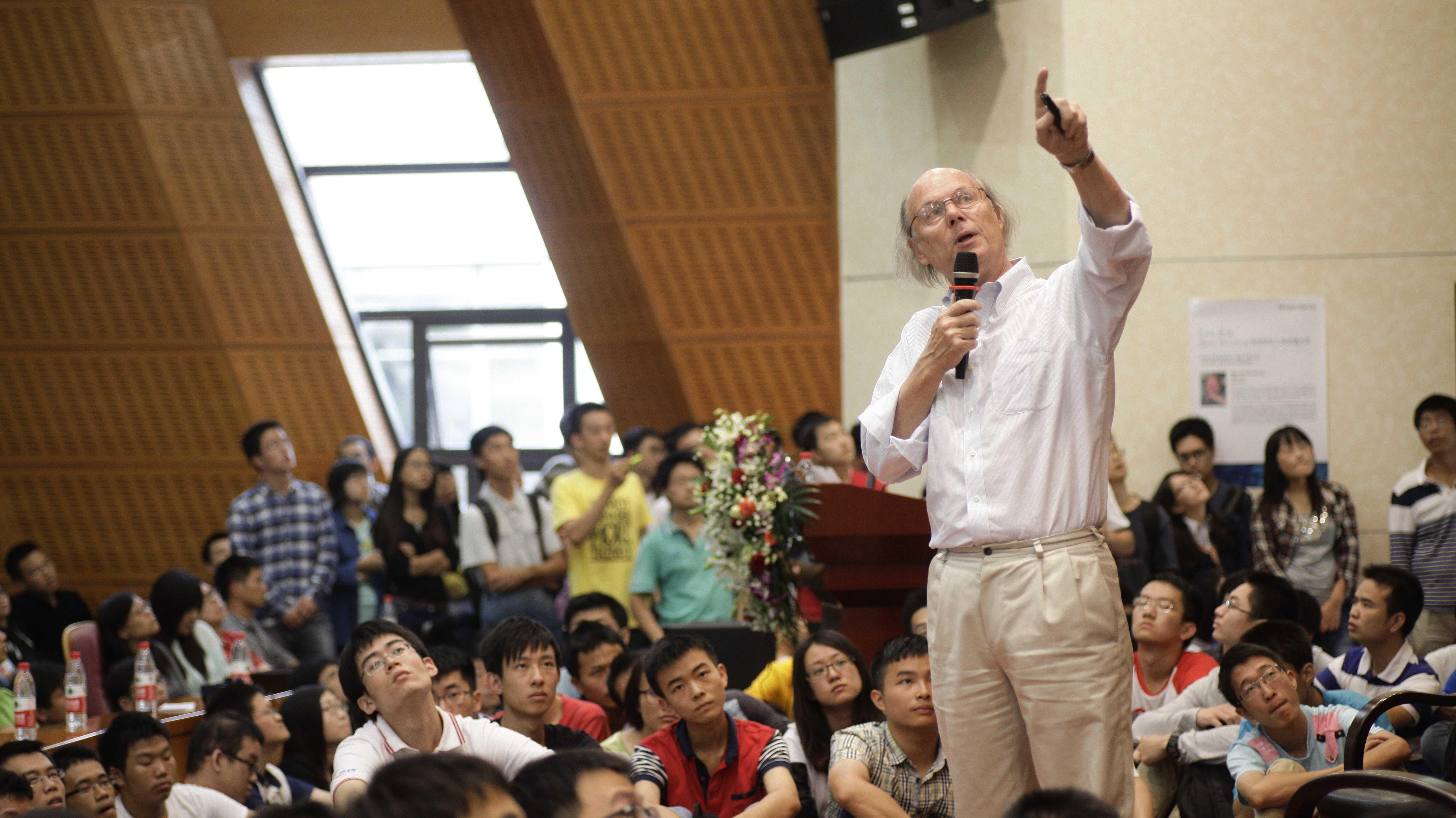 Dr. Bjarne Stroustrup hält eine Vorlesung vor Studierenden der Shanghai Jiao Tong University (2014)
