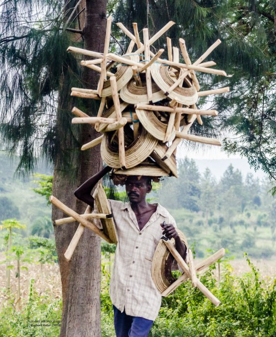 Stuhlverkäufer in Kigali, RUANDA von Miky-Walkabout