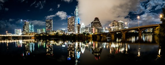 Nächtliche Skyline von Austin und der Bat Bridge von marpoder