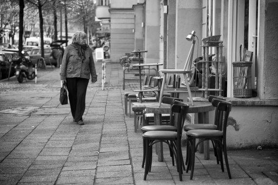 Frau und Stühle von S. Kohlmann