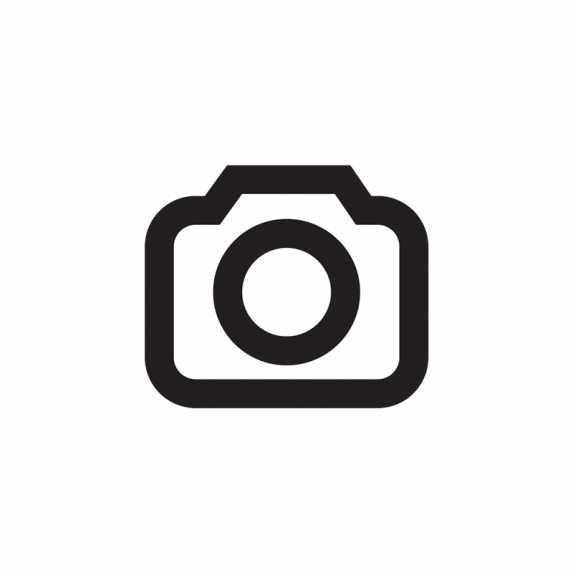 Gut platziert: Die Fujifilm GFX 50S setzt einen Schwerpunkt auf manuelle Bedienung. Trotzdem hat sie alle Automatiken. Ein zusätzliches Display auf der Oberseite informiert über alle wichtigen Parameter.
