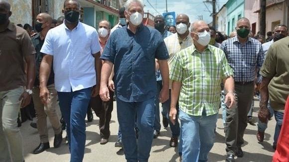 Kubas Prüsident Díaz-Canel am Ort der Unruhen