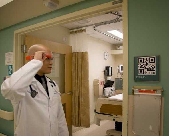 Die neon-orangenen Brillengestelle sollen für Patienten und Mitarbeiter gut sichtbar gewesen sein.
