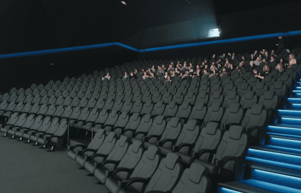 Bei Dolby Cinema wird auf bequeme Sessel geachtet, in denen Zuschauer auch Filme mit Überlänge entspannt genießen können.