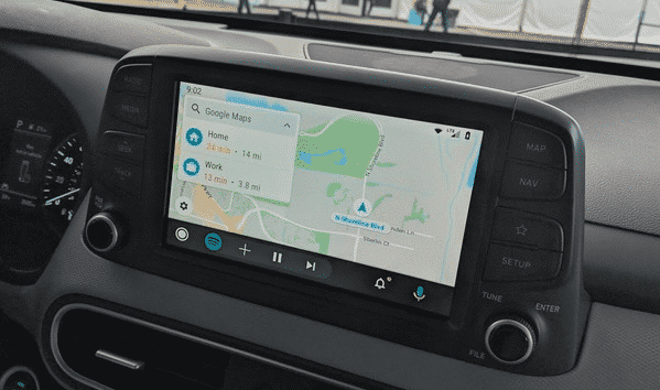 Die neue Oberfläche von Android Auto erleichtert den gleichzeitigen Umgang mit mehreren Apps.