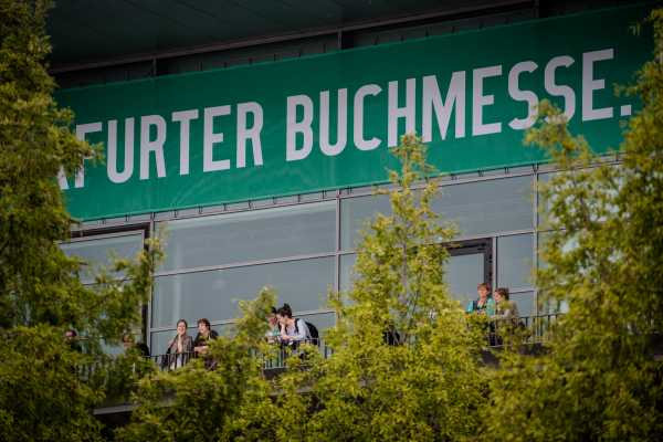 Besucherinnen der Frankfurter Buchmesse