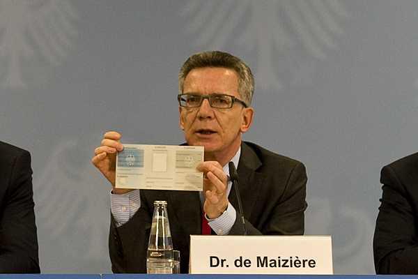 Bundesinnenminister präsentiert das neue Personalausweis-Ersatzdokument